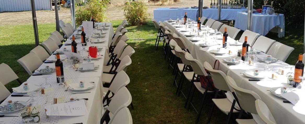 Tables décorées sous chapiteau